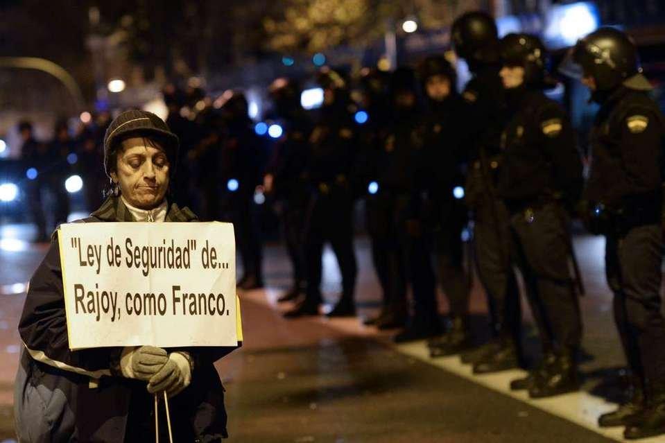Una-manifestante-ante-varios-p_54394677813_54028874188_960_639